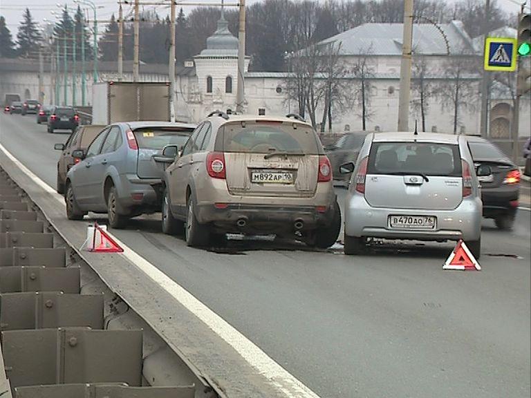 Утром на мосту через Которосль столкнулись сразу пять машин