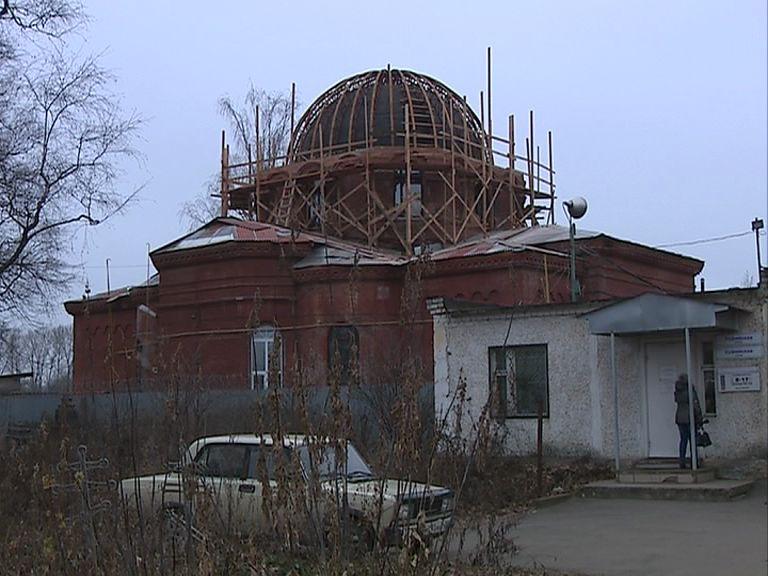 В Рыбинске на Всехсвятский храм начали устанавливать главку с крестом