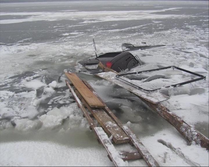 В Угличском районе под лед провалилась «Нива»