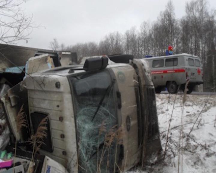 На трассе Ярославль-Рыбинск в кювет съехал грузовик