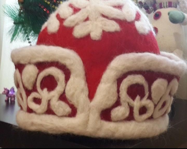 Корреспондент «Первого Ярославского» сделала шапку для Деда Мороза