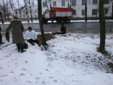 В Рыбинске водитель «Нивы» на остановке сбил двух человек и скрылся