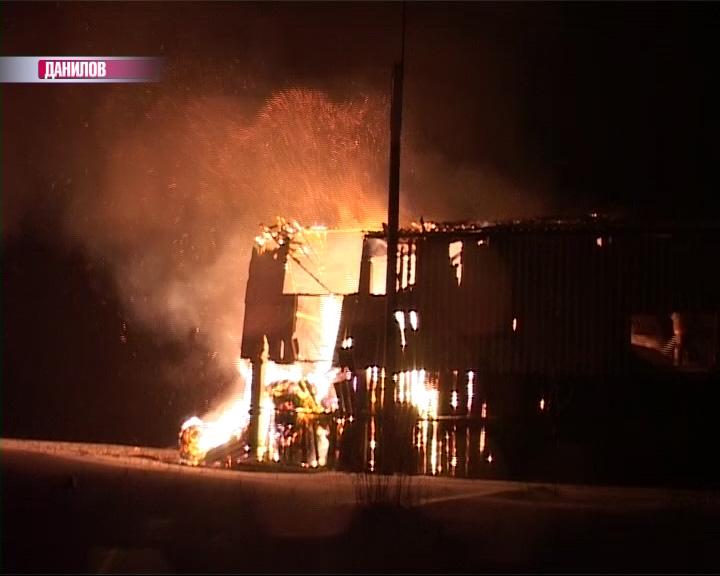 В Даниловском районе сгорело сенохранилище