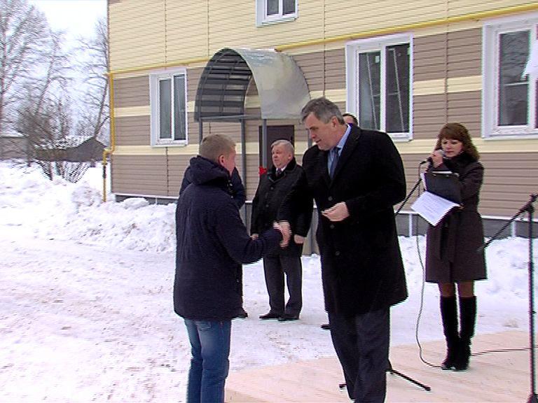 Сергей Ястребов вручил ключи от новых квартир жителям Первомайского района