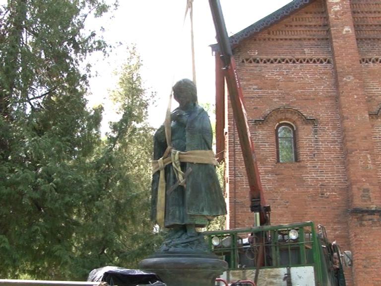 В Угличе установили памятник царевичу Дмитрию
