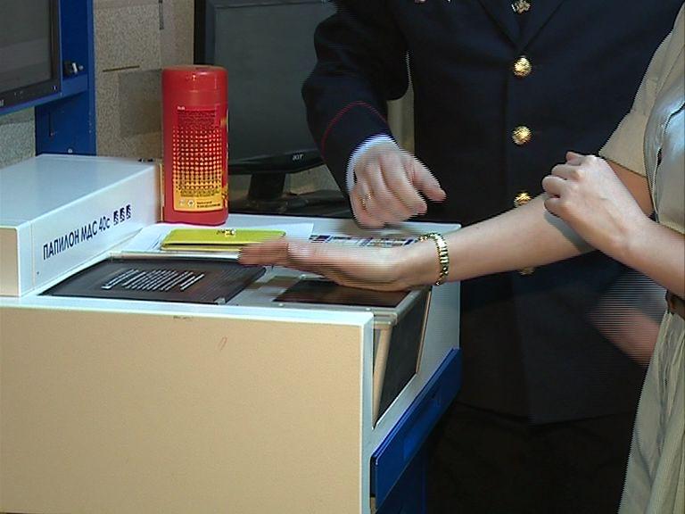 С сентября для получения шенгенской визы потребуются отпечатки всех пальцев