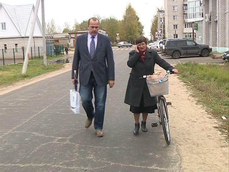 Депутаты облдумы в Некрасовском районе поздравляли с Днем пожилого человека