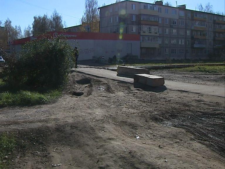 В Брагине нерадивые автолюбители начали ездить прямо по пешеходной дорожке