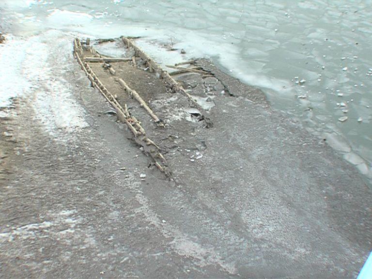 Остов затонувшей баржи на Которосли поднимут до 1 декабря