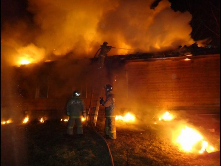 В пожаре на ферме сгорели 80 кур, 30 поросят и крупный рогатый скот
