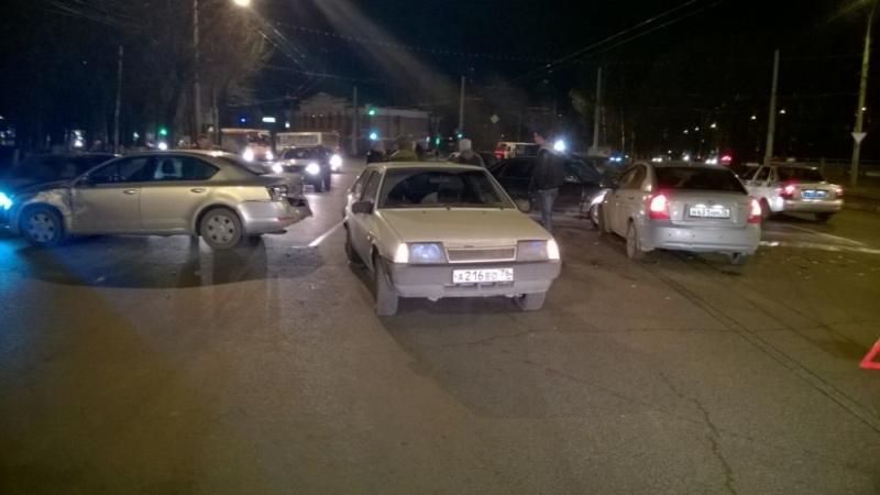 На проспекте Октября столкнулись сразу четыре авто