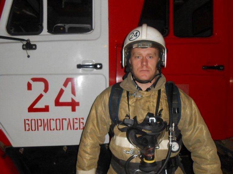 В Ярославской области пожарный спас из огня пожилую женщину
