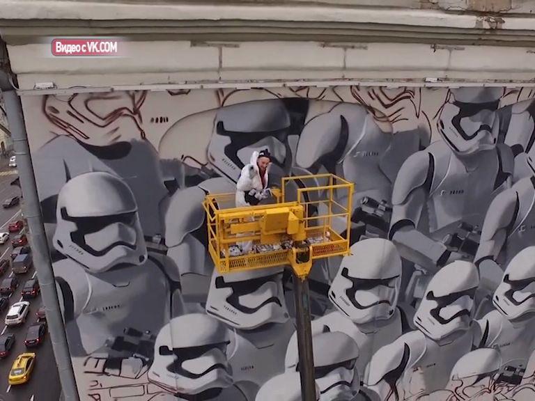 Ярославец по заказу американской киностудии рисует огромное граффити в центре Москвы