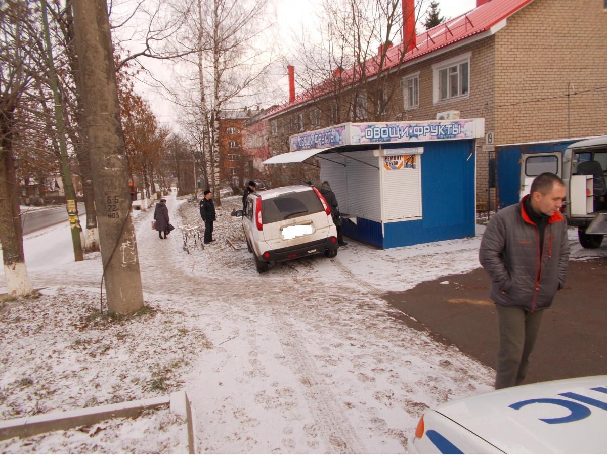В Большом Селе «Ниссан» без водителя сбил двух пешеходов