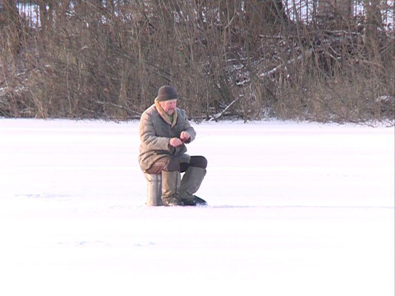 С первым похолоданием рыбаки стали выходить на опасный лед