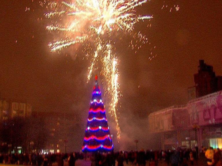 Дед Мороз зажег огни на главной елке Ярославля