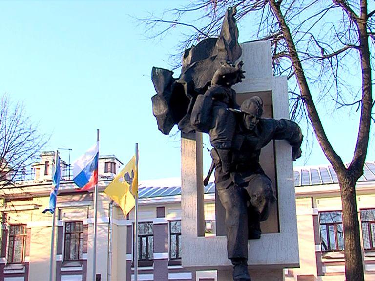 В Ярославле открыли памятник сотрудникам МЧС