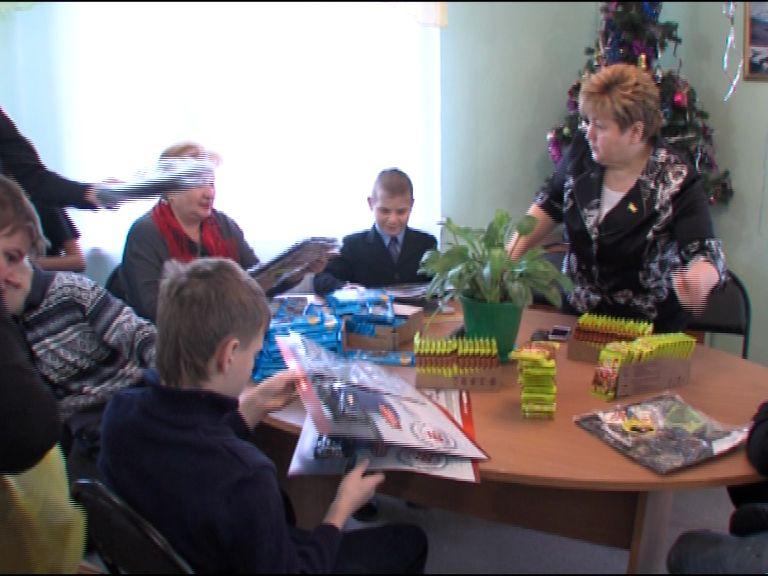 Воспитанники школы-интерната №6 получили новогодние подарки