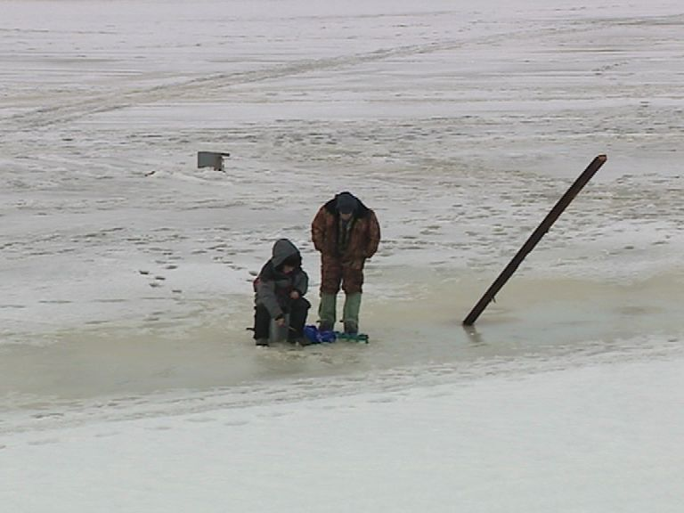 Ярославские рыбаки продолжают выходить на опасный лед