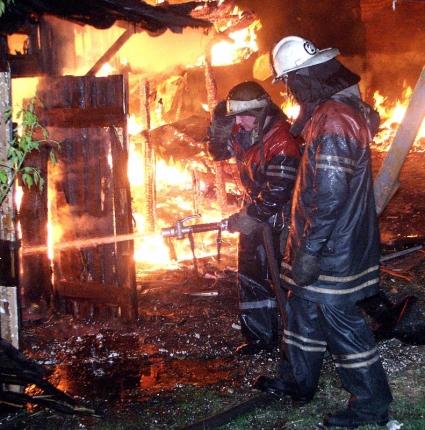 Пожарные четыре километра по лесной дороге несли пожилых погорельцев