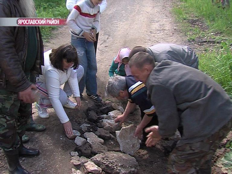 Жители села Высоцкое вынуждены сами латать дорогу, чтобы та не развалилась