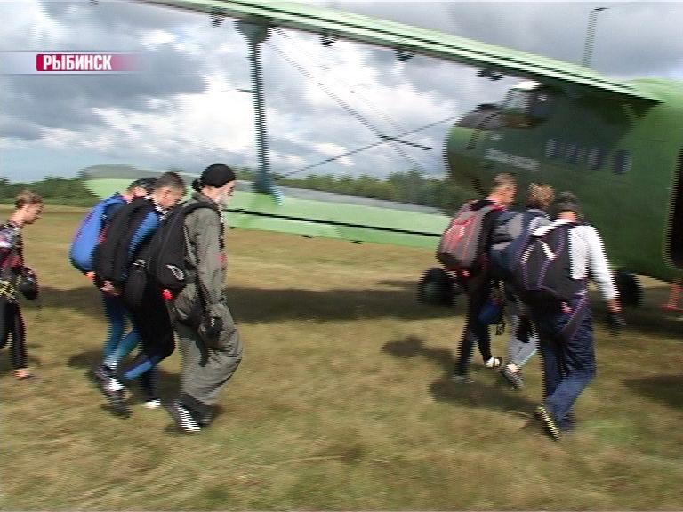 Под Рыбинском стартовал чемпионат по парашютному спорту