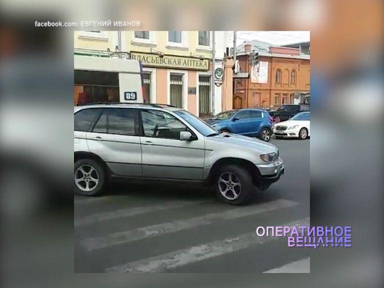 Водитель дорогого паркетника перегородил оживленную дорогу в центре Ярославля