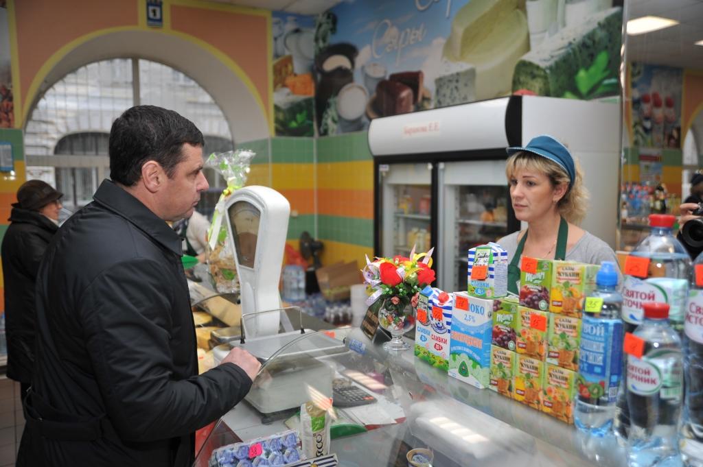 Дмитрий Миронов на «Центральном» рынке проверил наличие ярославских продуктов