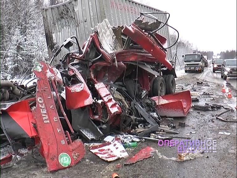 В Переславском районе кабину фуры разорвало на куски после столкновения с лесовозом: погиб дальнобойщик