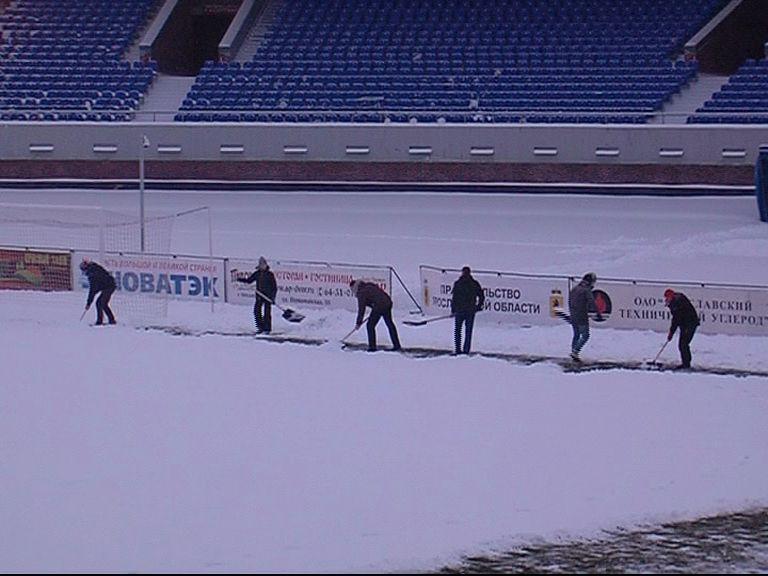 Поле стадиона «Шинник» удалось расчистить: матч с «Волгарем» состоится