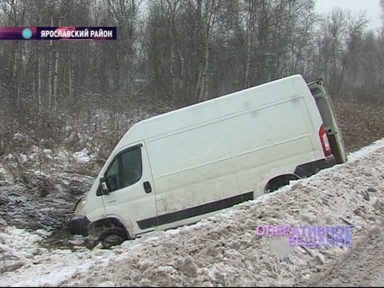 Под Ростовом микроавтобус вылетел в кювет
