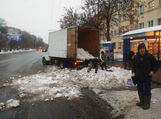 ФОТО: Снег с городских остановок вывозят… в фургонах