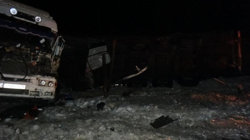 ФОТО: Под Ярославлем «Мерседес» смяли две фуры: погиб водитель легковушки