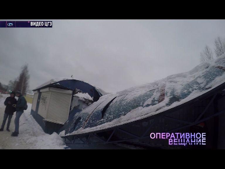 На улице Судостроителей рухнула крыша остановочного комплекса