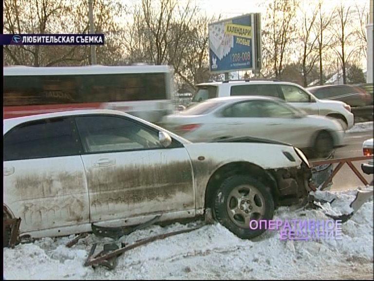 На Московском проспекте водитель на иномарке завис на ограждении