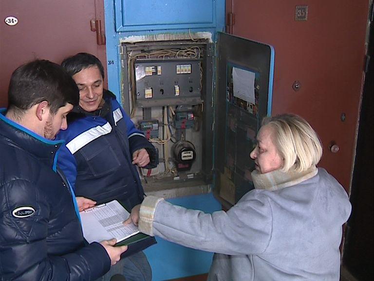 Для борьбы с неплательщиками энергетики выходят в рейды по отключению электричества
