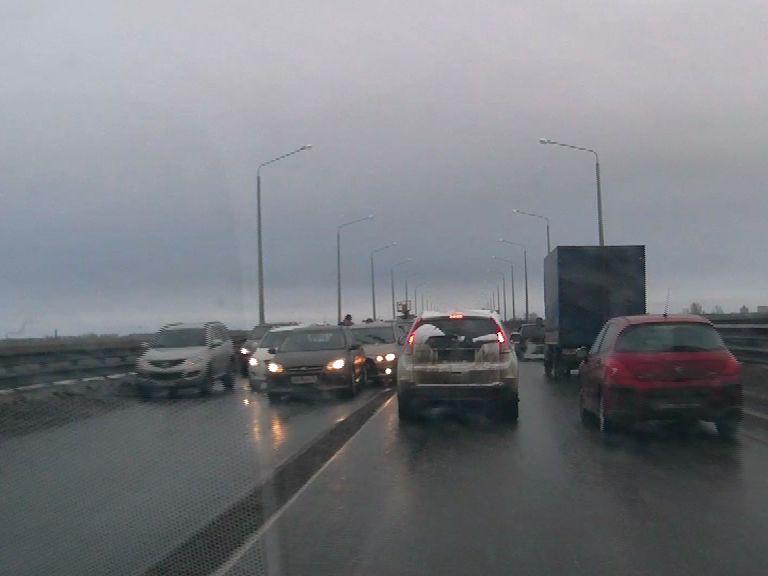 На Октябрьском мосту столкнулись три машины