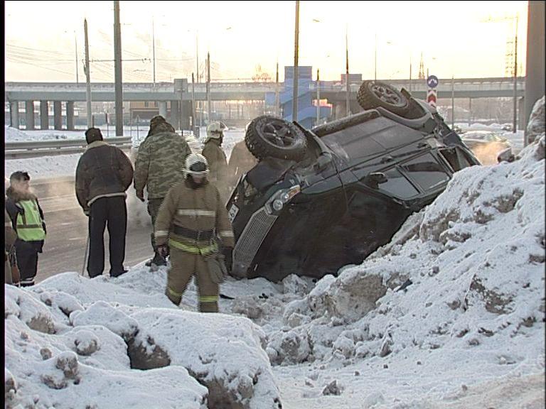ВИДЕО: На Тутаевском шоссе внедорожник улетел в сугроб и перевернулся
