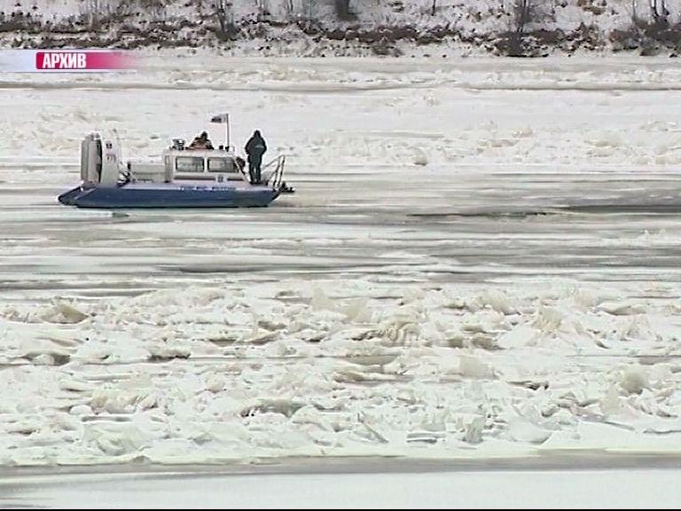 В Рыбинске с льдины спасатели сняли трех рыбаков