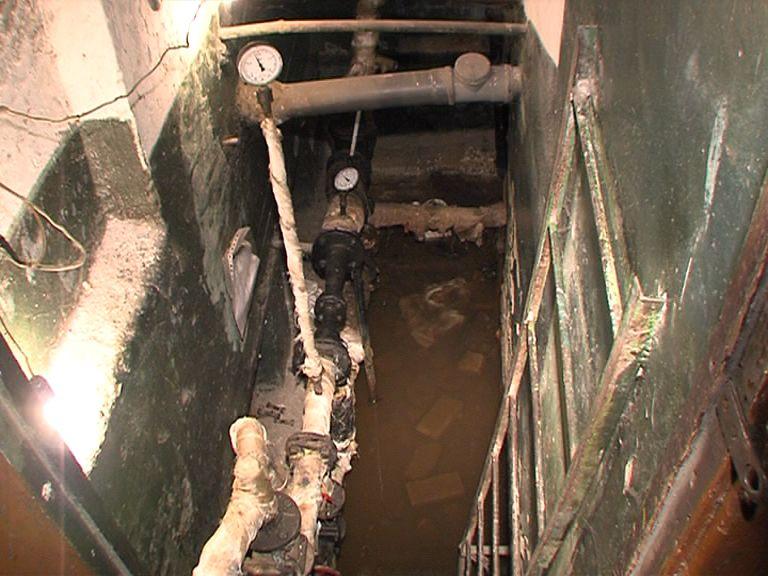 Жителям дома по Свердлова с трудом удалось уговорить сантехников заварить протекающую трубу