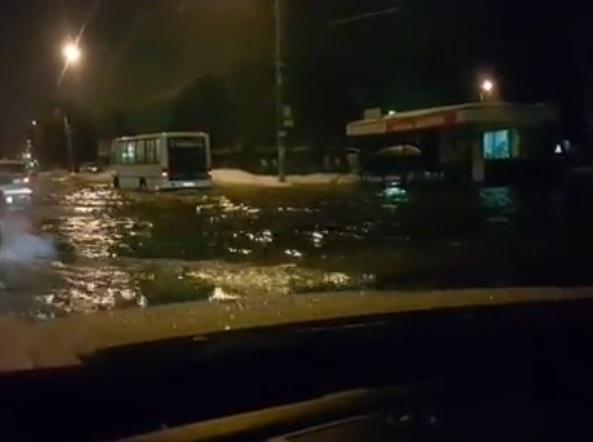 ВИДЕО: В Ярославле затопило проспект Авиаторов