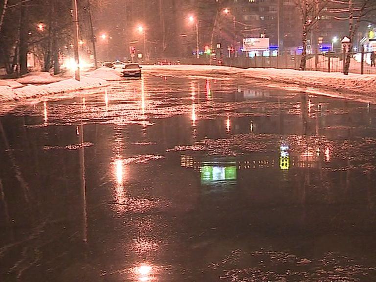 Из-за лопнувшей трубы проспект Авиаторов превратился в озеро