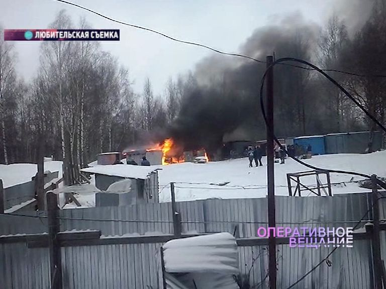 На стройке во Фрунзенском районе Ярославля вспыхнули строительные вагончики