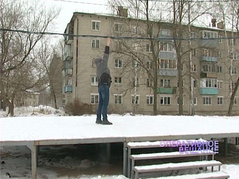 В поселке Судостроителей неизвестные повесили промышленный силовой кабель над детской площадкой