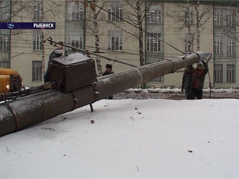 В Рыбинске на одну из центральных улиц рухнул бетонный столб