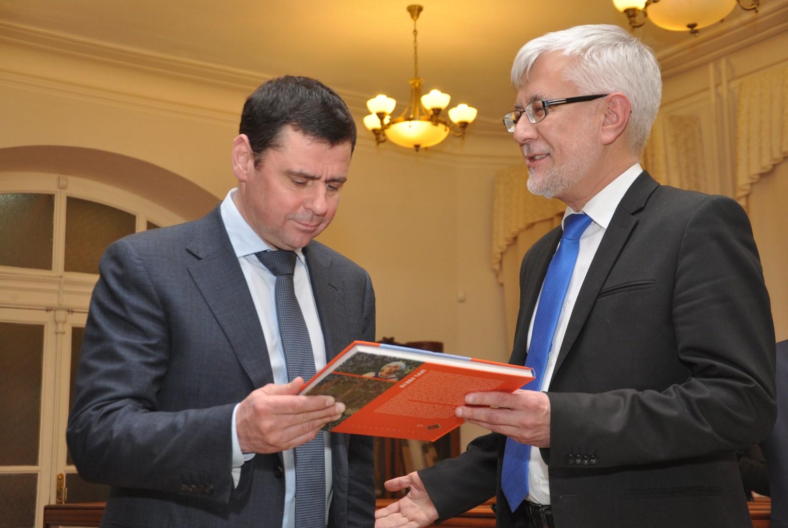 Дмитрию Миронову подарили сборник сказок Константина Ушинского