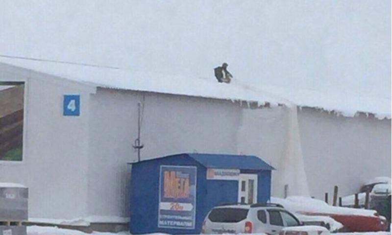 Парашютистка приземлилась на крышу склада в Карачихе