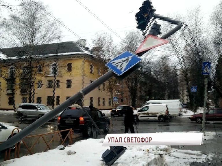 Рухнувший в центре Ярославля светофор едва не повредил автомобили