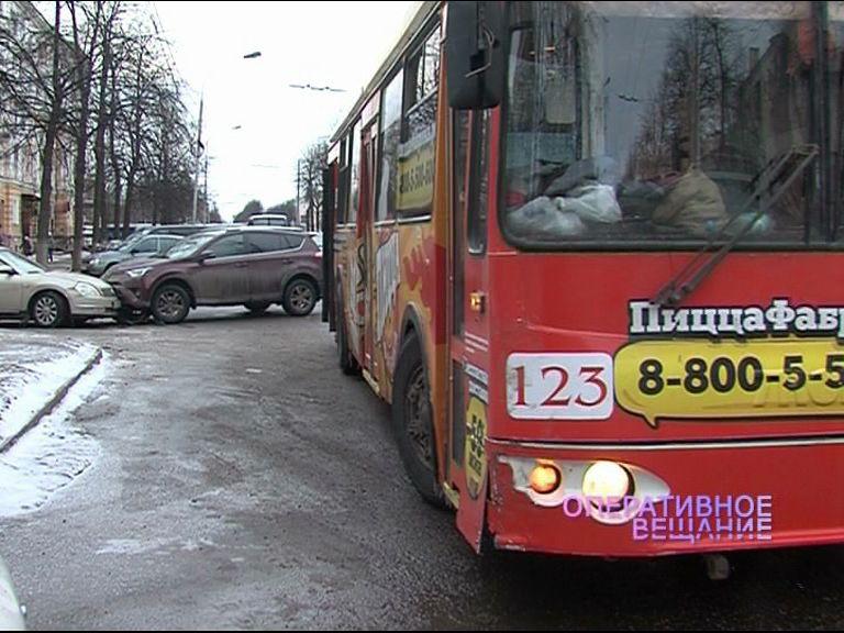 Две иномарки и троллейбус угодили в ДТП у ДК Добрынина
