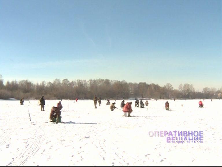 Несмотря на запрет, рыбаки продолжают выходить на опасный лед